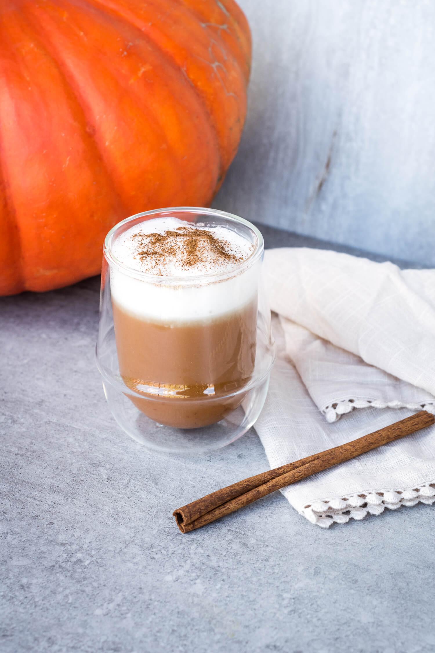 Chaï latte à la citrouille d'Halloween