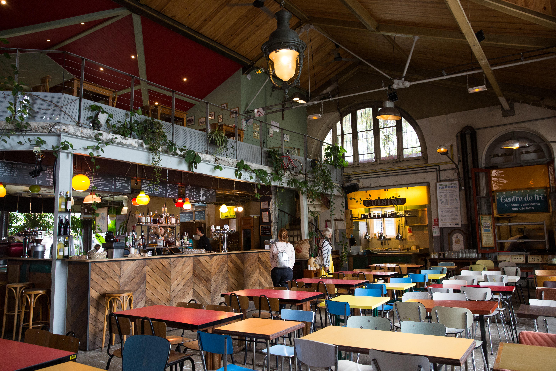 Par Marorie Guindon La Recyclerie est une ancienne gare aménagée en café bistrot dont la cafétéria est très lumineuse.