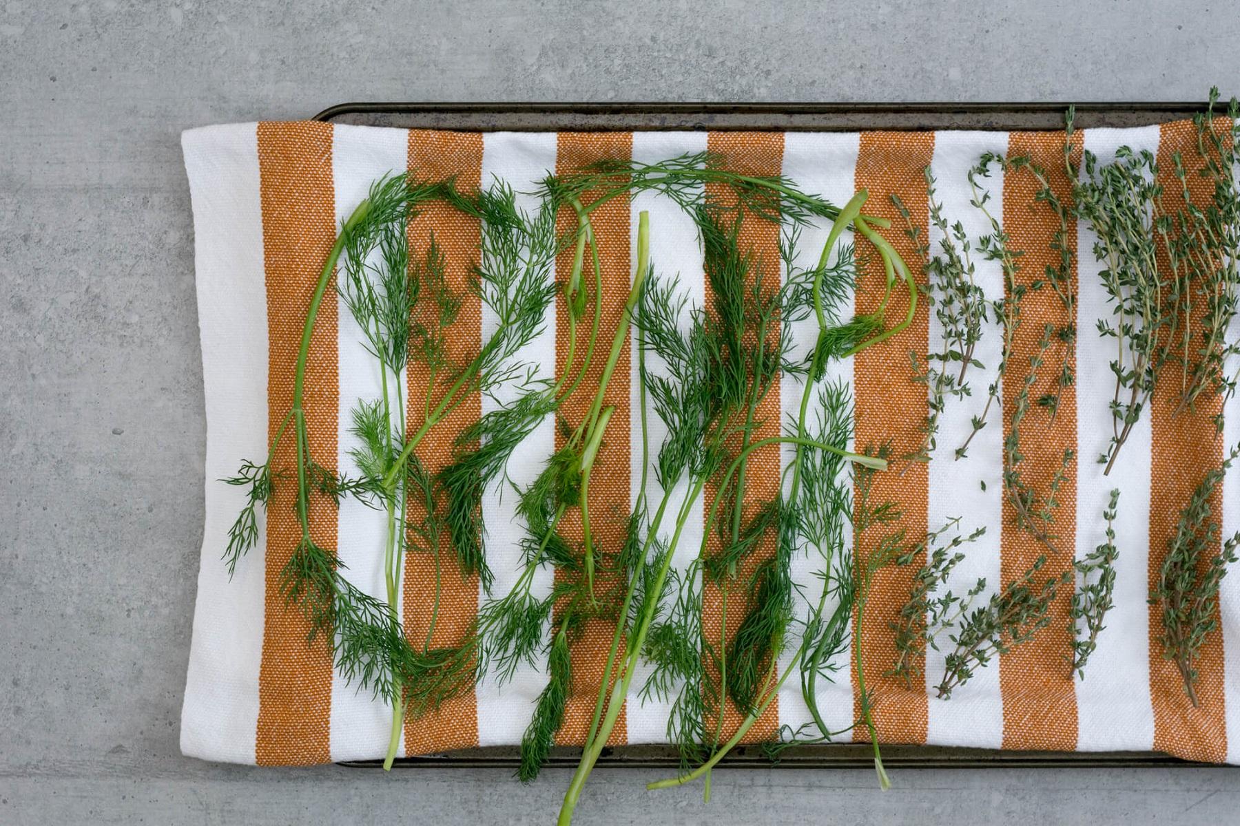 Technique du linge absorbant pour conserver les herbes