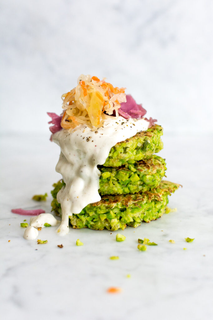 Galettes de burger zéro gaspi d'edamame et quinoa avec trempette au yogourt, garni de choucroute